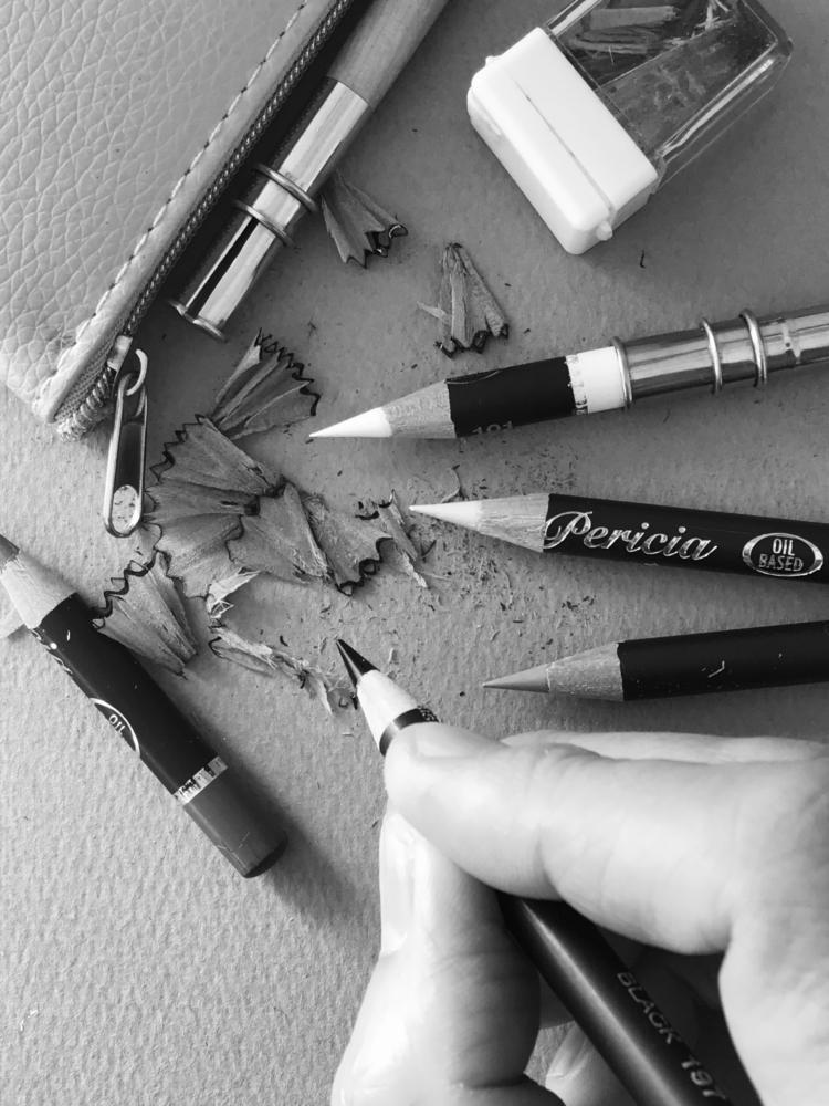 モノクロペットアートのシンプルな道具。パステル鉛筆や鉛筆、消しゴム類の紹介。